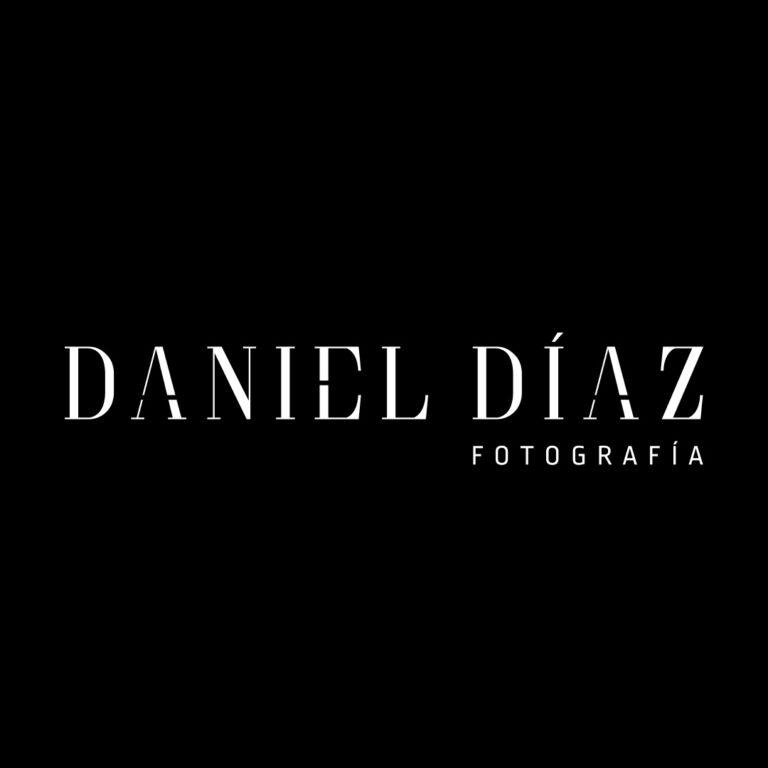 Logotipo de Daniel Díaz Fotografía blanco sobre fondo negro